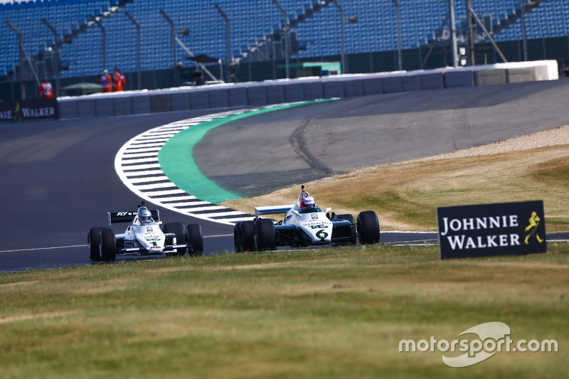 Jenson Button conduce un 1982 Williams FW08B, por delante de Guy Martin en un 1983 Williams FW08C