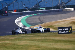 Jenson Button guida una Williams FW08B del 1982, davanti a Guy Martin con una Williams FW08C del 1983