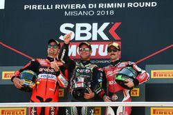 Le vainqueur Jonathan Rea, Kawasaki Racing, le deuxième, Chaz Davies, Aruba.it Racing-Ducati SBK Team, le troisième, Eugene Laverty, Milwaukee Aprilia