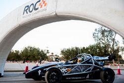 Khaled Al Qubaisi, se prepara para conducir en ROC Factor Medio Oriente