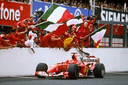 Ganador de la carrera Michael Schumacher, Ferrari F2004