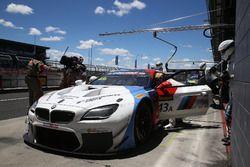 Pit stop, #43 BMW Team Schnitzer BMW M6 GT3: Augusto Farfus, Chaz Mostert, Marco Wittmann