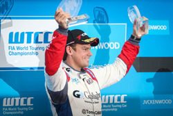 Podium: Winnaar Tom Chilton, Sébastien Loeb Racing, Citroën C-Elysée WTCC