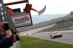 Bandera a cuadros para #8 Octane 126 Ferrari 488: Fabio Leimer