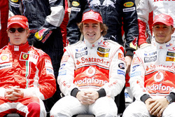Drivers' group photo: title contenders Kimi Raikkonen, Ferrari F2007, Fernando Alonso, McLaren MP4-2