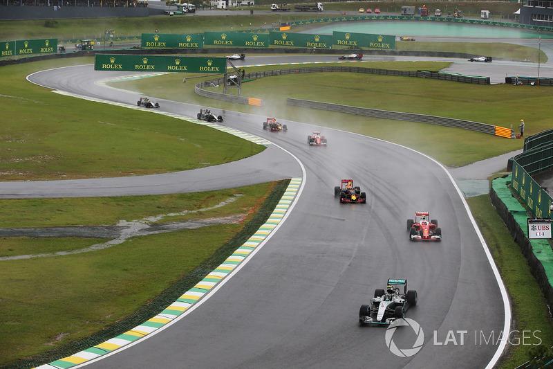 Nico Rosberg, Mercedes F1 W07 Hybrid, leads Kimi Raikkonen, Ferrari SF16-H, Max Verstappen, Red Bull