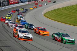 Kevin Harvick, Biagi-DenBeste Racing, Ford Mustang Hunt Brothers Pizza and Chase Briscoe, Roush Fenway Racing, Ford Mustang Nutri Chomps restart