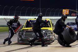 Brandon Jones, Kyle Busch Motorsports, Toyota Tundra American Standard/Eljer/Menards pit stop