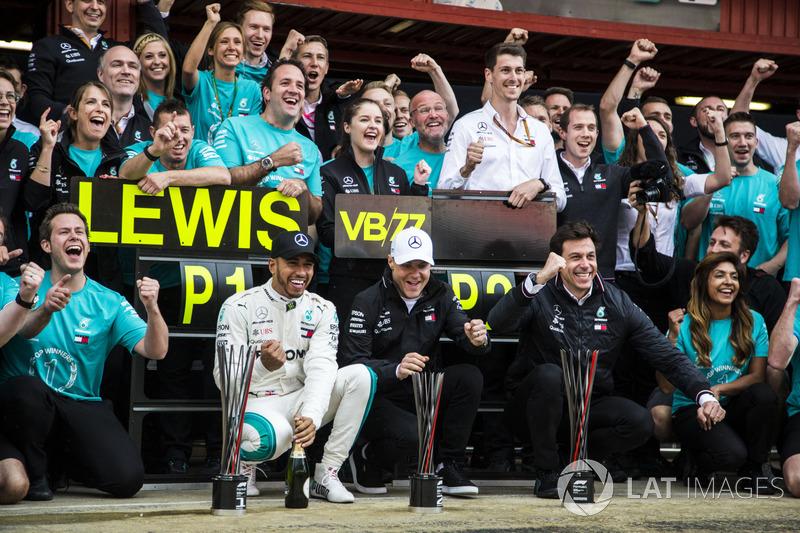 Yarışın kazananı Lewis Hamilton ve Valtteri Bottas takım ile kutlama yapıyor, Mercedes-AMG F1