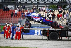 Porządkowi usuwają Toro Rosso STR13 Brendona Hartleya po poważnym wypadku