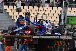 De beschadigde auto van Brendon Hartley, Scuderia Toro Rosso STR13 wordt geborgen
