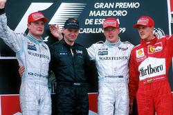 Podium : le deuxième, David Coulthard, McLaren, Adrian Newey, le vainqueur Mika Hakkinen, McLaren