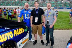 Chase Elliott, Hendrick Motorsports, Chevrolet Camaro NAPA Auto Parts, con degli ospiti