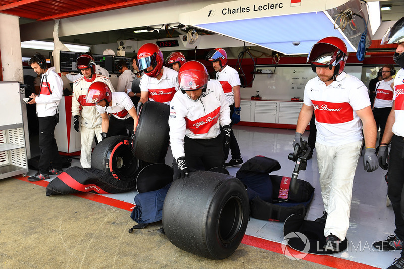 Sauber mechanics with Pirelli tyres