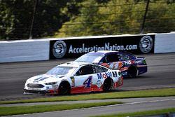 Kevin Harvick, Stewart-Haas Racing, Ford Fusion Mobil 1 and Denny Hamlin, Joe Gibbs Racing, Toyota Camry FedEx Express