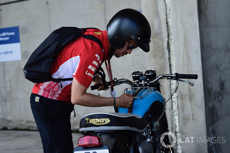 Sebastian Vettel, Ferrari con su moto Triumph
