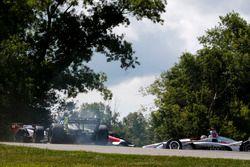 Charlie Kimball, Carlin Chevrolet, Tony Kanaan, A.J. Foyt Enterprises Chevrolet, Will Power, Team Penske Chevrolet ont un accident dans le virage 9