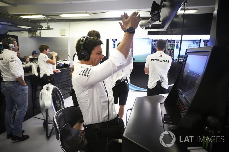 Toto Wolff, Executive Director, Mercedes AMG, świętuje ze swoimi kierowcami zdobycie dwóch pierwszych pól startowych