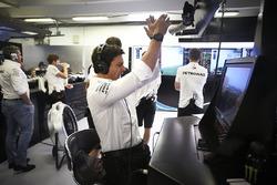 Toto Wolff, Direttore esecutivo, Mercedes AMG, festeggia la conquista della prima fila da parte dei suoi piloti