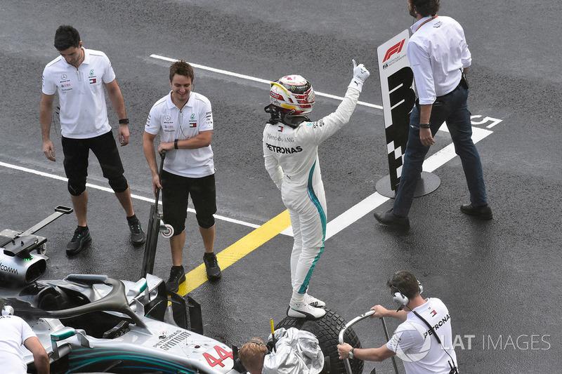 Lewis Hamilton, Mercedes-AMG F1, świętuje w parku zamkniętym