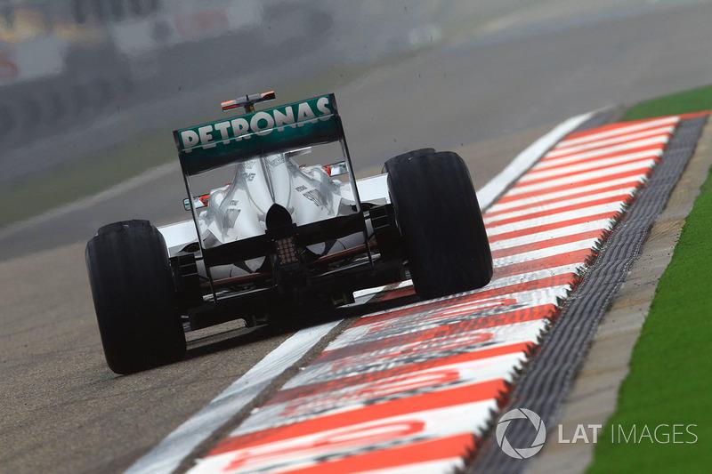 Главную техническую находку того сезона записала на свой счет Mercedes – это был DRS-воздуховод, который придумали инженеры под командованием Росса Брауна