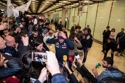 Carlos Sainz, Lucas Cruz, Peugeot Sport arriveren op de luchthaven