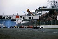 David Coulthard en Mika Hakkinen, McLaren Mercedes MP4/13 aan de leiding