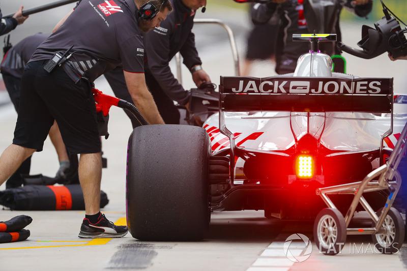 Kevin Magnussen, Haas F1 Team VF-18 Ferrari, en pits