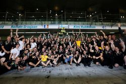Kimi Raikkonen, Lotus F1 Team celebrates with the team