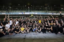 Kimi Raikkonen, Lotus F1 Team celebrates with the team