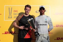 Lewis Hamilton, Mercedes AMG F1 reçoit le trophée DHL des meilleurs tours des mains de Mads Sorensen