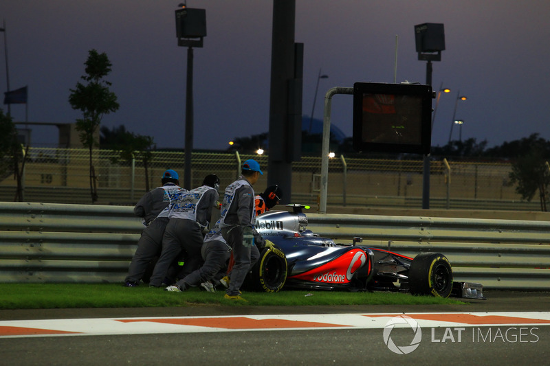На 20-м круге ход гонки перевернулся с ног на голову. Хэмилтон не смог принести McLaren победу – из-за проблем с подачей топлива Льюису пришлось сойти