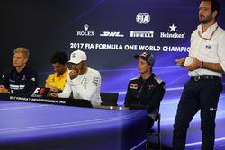 Marcus Ericsson, Sauber, Carlos Sainz Jr., Renault Sport F1 Team, Lewis Hamilton, Mercedes AMG F1, Brendon Hartley, Scuderia Toro Rosso et Matteo Bonciani, délégué aux médias de la FIA en conférence de presse