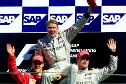 Podium: le deuxième Michael Schumacher, Ferrari, le vainqueur Mika Hakkinen, McLaren, le troisième David Coulthard, McLaren