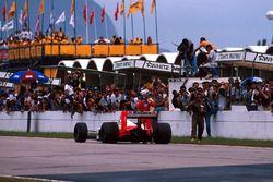 Il vincitore della gara Alain Prost, McLaren MP4/4 parcheggia la sua monoposto sul rettilineo di par