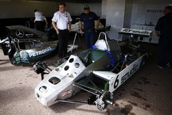 Механіки Williams та Mercedes готують болід Williams FW08 Ford Cosworth