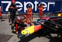 Max Verstappen, Red Bull Racing RB14 mira su coche accidentado