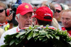Will Power, Team Penske Chevrolet riceve le congratulazioni di Roger Penske nella victory lane