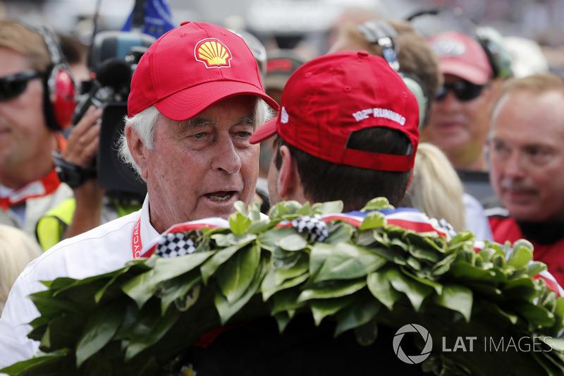 Гонщик Team Penske Chevrolet Уилл Пауэр и Роджер Пенске