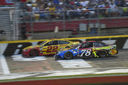 Joey Logano, Team Penske, Ford Fusion Shell Pennzoil, Martin Truex Jr., Furniture Row Racing, Toyota Camry Bass Pro Shops/5-hour ENERGY
