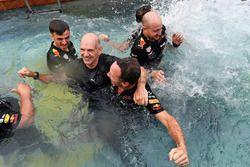 Adrian Newey, Red Bull Racing y Christian Horner, director del equipo Red Bull Racing, celebran en la piscina de Red Bull Energy Station
