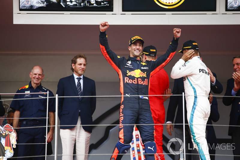 Daniel Ricciardo, Red Bull Racing, fête sa victoire sur le podium devant Adrian Newey, directeur technique, Red Bull Racing, Lewis Hamilton, Mercedes AMG F1, Sebastian Vettel, Ferrari, le Prince Albert et la Princesse Charlene