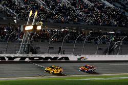 Drapeau à damiers pour Kyle Busch, Joe Gibbs Racing Toyota sous neutralisation