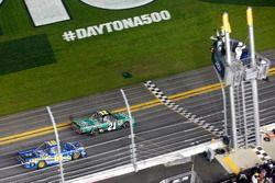 Drapeau à damiers pour Johnny Sauter, GMS Racing Chevrolet