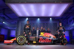 Daniel Ricciardo ve Daniil Kvyat, Red Bull Racing RB12 tanıtımı