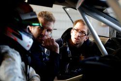 Jens Klingmann praat met de engineers