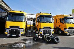 Les camions de Renault Sport F1 Team et des pneus Pirelli nettoyés par un mécanicien dans le paddock