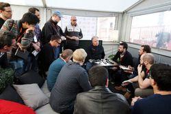 جين هاس، رئيس مجموعة هاس مع الصحفيين