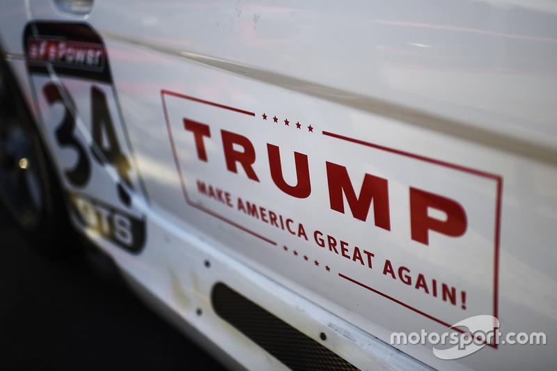 Un cartel de campaña de Donald Trump en una entrada