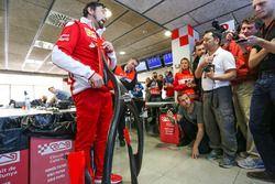 Alberto Antonini, attaché de presse Ferrari discute de la protection du cockpit type